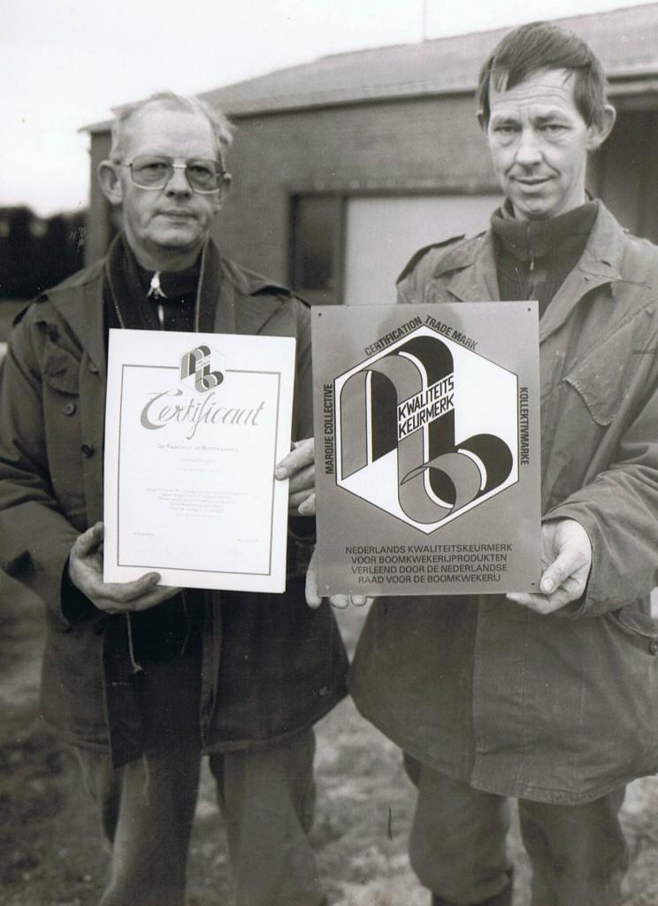 Johannes en Luitzen Visser met het kwaliteitskeurmerk voor boomkwekerijgewassen
